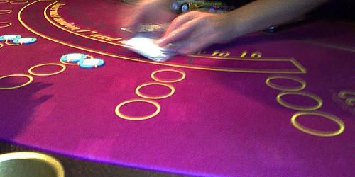 Allora volete perfezionare il vostro gioco di blackjack, vero? In giro ci sono tanti manuali ed articoli che dicono cosa si deve fare per perfezionarlo. Sono tutti pieni di informazioni […]