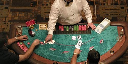Durante i primi anni 1950 la maggior parte dei casinò utilizzava un singolo mazzo per i giochi di blackjack. In Non era insolito giocare ogni carta nel mazzo, anzi era […]